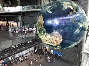 日本科学未来館、地球が探検隊を見守ります。