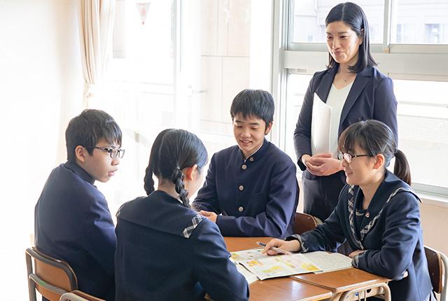 話し合う生徒の写真